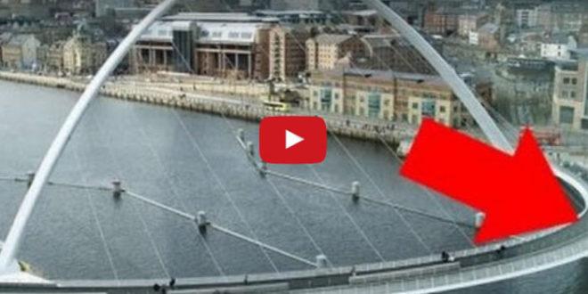 Турист попал впервые в Англию и когда он увидел, что может делать этот мост, то завизжал от восторга!