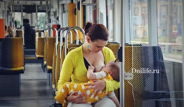 В маршрутке молодая мама пытается покормить ребенка грудью: — Кушай, а то дяде отдам