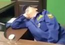 «Безопасность на уровне!»: спящий охранник на посту прокуратуры Бурятии развеселил Сеть