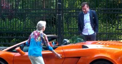 Бабуля усаживается в Ламборгини. А те, кто «помогал ей с сумочками» на месте теряют дар речи…