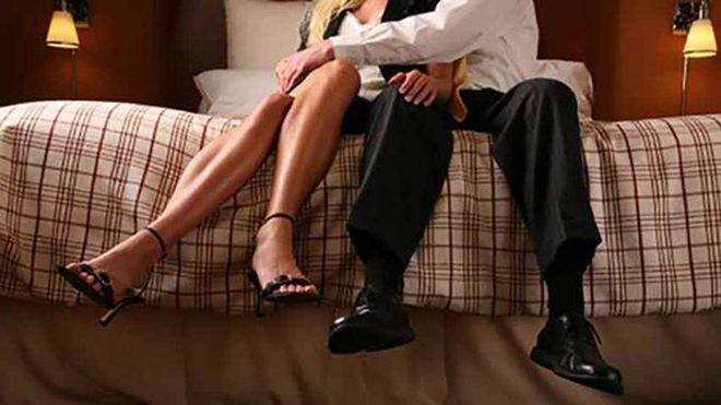 Мужчина пришел домой с работы и застал свою жену в спальне…
