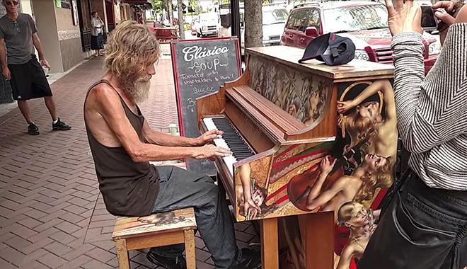 Пальцы этого бездомного пианиста касаясь клавиш рождали печальную и волшебную мелодию...