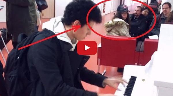 Виртуоз! Парень удивил всех в Аэропорту сыграв на пианино 10 мелодий за 3 минуты!