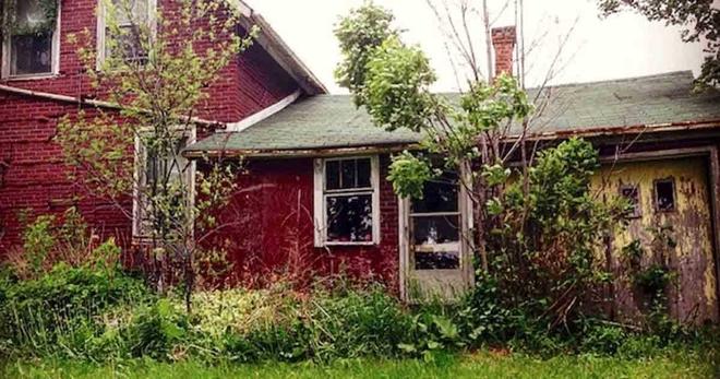 Девушка бродила по лесу и случайно нашла заброшенный дом. После того, как она перешагнула порог, её жизнь изменилась...