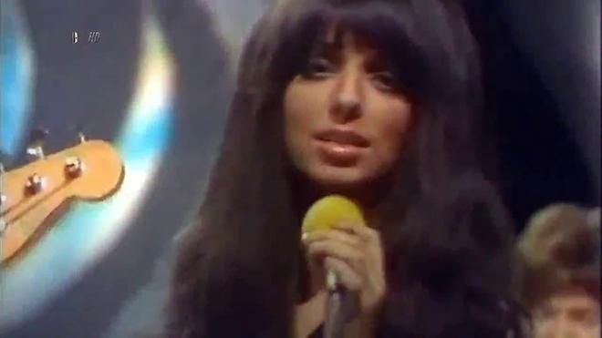 Девушка юля очень озорной сексуально исполняет песенку