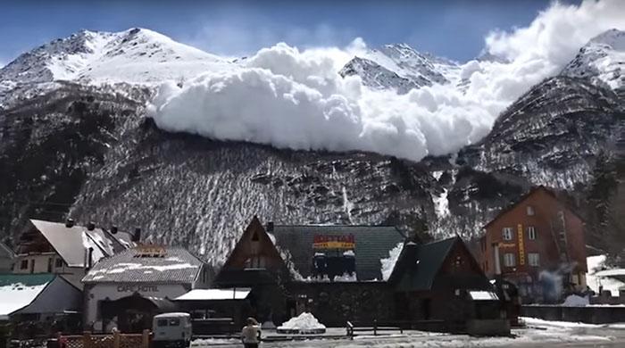 Водители хватались за голову! Момент схода лавины в Приэльбрусье попал на видео