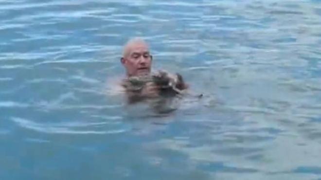 Для того, чтобы полностью не уйти под воду, он ударил по воде три раза. Результат удивит вас...