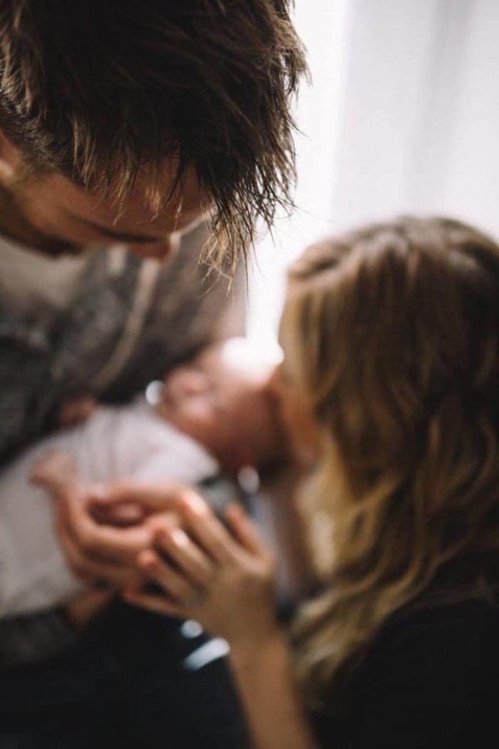 Вернувшись домой, отец увидел жену и дочь на кроватке. Немного позже он осознал шокирующую правду...