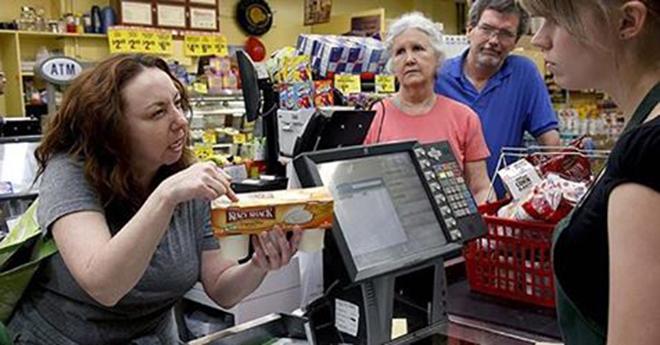 Богатая покупательница назвала кассиршу неудачницей. На счастье это услышал администратор!