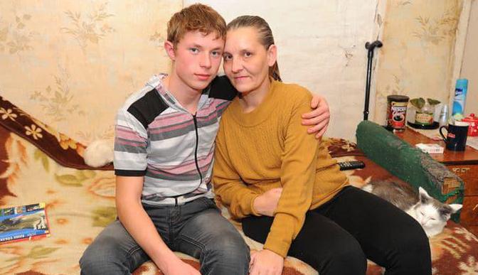 Мальчик в 8 лет колол дрова и ухаживал за парализованной мамой. Спустя 8 лет СМИ были шокированы, узнав что происходит в этой семье