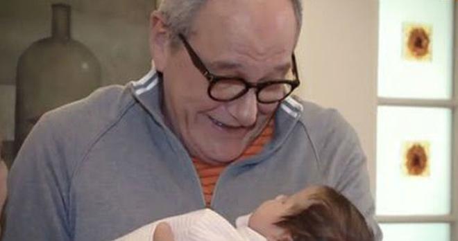 Эммануил Виторган со слезами умиления показал зрителям, как заботится о новорожденной дочурке