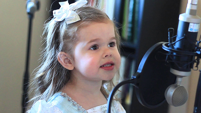 Девочке всего три годика, а от ее голоса мурашки по коже