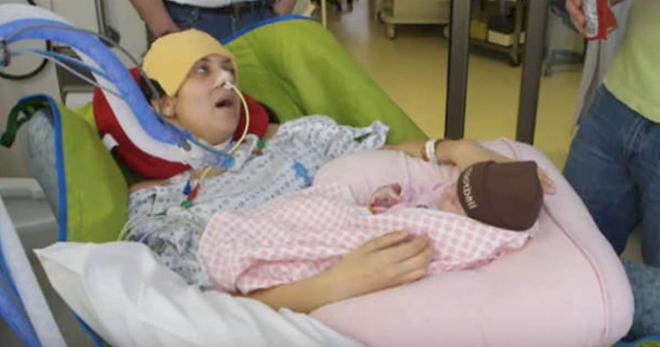 Женщину парализовало после родов — затем она смотрит на медсестру и шепчет 3 слова